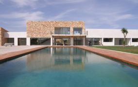 Moderne Villa mit traditionellen Stilelementen