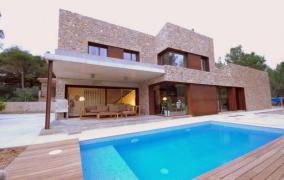 Romantisch gelegene moderne Villa mit Charakter in Urb. George Sand